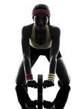 Mujer que ejercita el silhouet de tono abdominal de la rueda del entrenamiento de la aptitud Foto de archivo