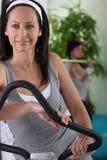 Mujer que ejercita en el gimnasio Imagen de archivo libre de regalías