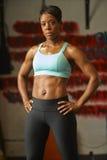 Mujer que ejercita en el gimnasio Foto de archivo