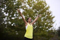 Mujer que ejercita en el parque Foto de archivo