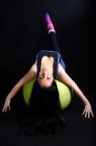 Mujer que ejercita en la bola de Pilates Fotografía de archivo libre de regalías