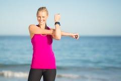 Mujer que ejercita en la playa Foto de archivo