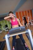 Mujer que ejercita en la rueda de ardilla en gimnasio Imagenes de archivo