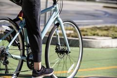 Mujer que ejercita en paseo en las bicis clásicas universales del camino para la promoción de la salud fotografía de archivo libre de regalías