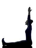 Mujer que ejercita estirando la silueta de la yoga Foto de archivo