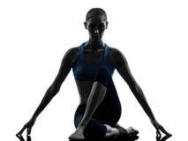 Mujer que ejercita estirar que se sienta de la yoga Fotografía de archivo