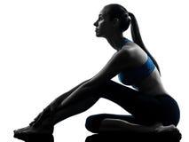 Mujer que ejercita estirar que se sienta de la yoga Imagen de archivo libre de regalías