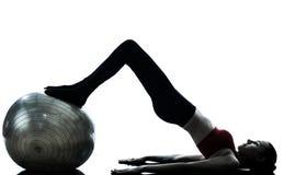 Mujer que ejercita la bola de la aptitud de los abdominals Imagen de archivo