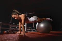 Mujer que ejercita la bola de Pilates Fotos de archivo libres de regalías