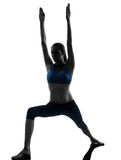 Mujer que ejercita la posición del guerrero de la yoga Fotografía de archivo libre de regalías