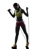 Mujer que ejercita la silueta de la cuerda de salto de la aptitud Foto de archivo libre de regalías