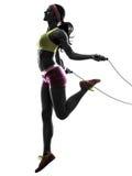 Mujer que ejercita la silueta de la cuerda de salto de la aptitud Fotografía de archivo libre de regalías