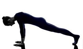 Mujer que ejercita la silueta de la yoga de la actitud del tablón del dandasana imagenes de archivo