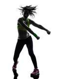 Mujer que ejercita la silueta del baile del zumba de la aptitud Foto de archivo