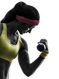 Mujer que ejercita la silueta del entrenamiento del peso del entrenamiento de la aptitud Foto de archivo libre de regalías