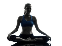 Mujer que ejercita la yoga que medita la silueta Imagen de archivo libre de regalías