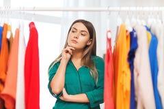 Mujer que elige el guardarropa de la ropa en casa Imagen de archivo libre de regalías