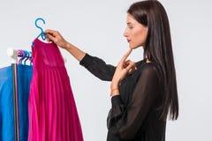Mujer que elige el guardarropa de la ropa en casa Fotografía de archivo