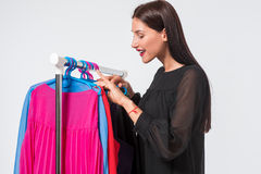 Mujer que elige el guardarropa de la ropa en casa Foto de archivo libre de regalías