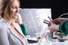 Mujer que elige el lápiz labial imagen de archivo libre de regalías