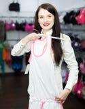 Mujer que elige la ropa interior en el boutique Fotos de archivo libres de regalías