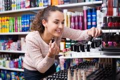 Mujer que elige las cosas para el maquillaje Imagen de archivo