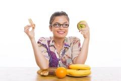 Mujer que elige las frutas Imagenes de archivo