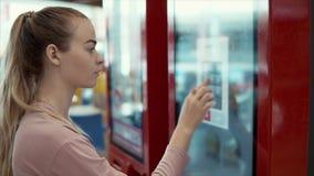 Mujer que elige los alimentos de preparación rápida en menú digital almacen de video