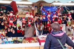 Mujer que elige los juguetes y los regalos de la Navidad Foto de archivo libre de regalías