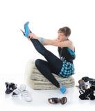 Mujer que elige los zapatos en un almacén Fotos de archivo libres de regalías