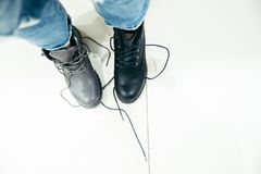 Mujer que elige nuevas botas en la tienda imágenes de archivo libres de regalías
