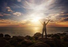 Mujer que elogia en la salida del sol Fotos de archivo