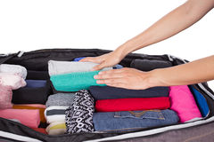Mujer que embala un equipaje para el viaje Fotos de archivo