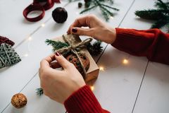 Mujer que embala un regalo de Navidad Foto de archivo libre de regalías