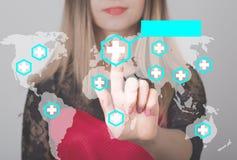 Mujer que empuja el botón con el icono cruzado del web del servicio médico del mapa concepto del negocio, de la tecnología y de I Fotos de archivo libres de regalías