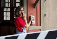 Mujer que empuja el botón del control imagen de archivo