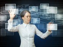 Mujer que empuja iconos en interfaz del Web Fotografía de archivo