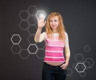 Mujer que empuja un botón en un interfaz de la pantalla táctil fotos de archivo libres de regalías