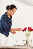 Mujer que enciende el día de tarjeta del día de San Valentín del comedor de la vela Fotos de archivo libres de regalías