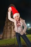 Mujer que engaña alrededor con la torre inclinada cercana del sombrero de Papá Noel de Pisa Imagen de archivo