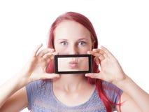 Mujer que ensucia alrededor con el teléfono de la cámara Fotos de archivo libres de regalías