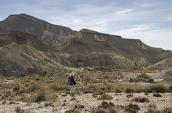 Mujer que entra el desierto en un día soleado fotos de archivo
