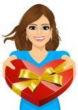 Mujer que entrega una caja en forma de corazón stock de ilustración