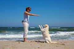 Mujer que entrena a un perro Fotografía de archivo libre de regalías