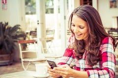 Mujer que envía el mensaje de texto Foto de archivo libre de regalías