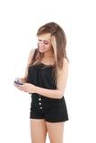 Mujer que envía un mensaje de texto Fotografía de archivo libre de regalías