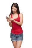Mujer que envía un SMS Fotografía de archivo libre de regalías