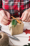 Mujer que envuelve el regalo natural de la Navidad Imagenes de archivo