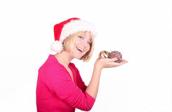 Mujer que envuelve las bolas de la Navidad que desgastan santa ha fotografía de archivo
