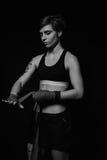 Mujer que envuelve las manos con los abrigos del boxeo imágenes de archivo libres de regalías